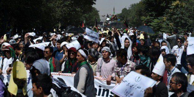 Des manifestants de la communauté hazara défilent contre un projet de ligne à haute-tension qui délaisse...
