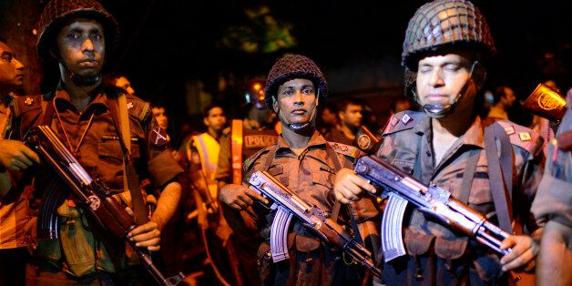 Déploiement des forces de sécurité près du restaurant Holey Artisan Bakery attaqué par un commando à...