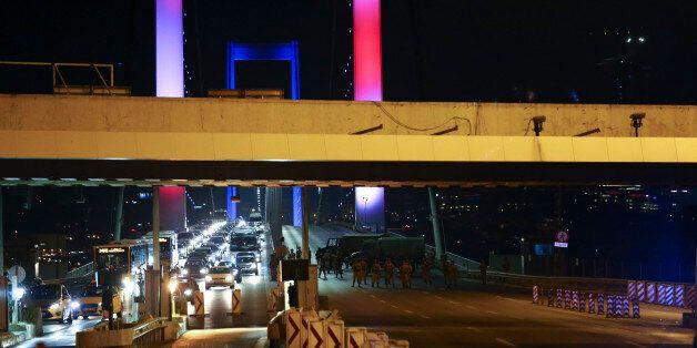 Turquie: Chars et explosions à Ankara, tirs sur le pont du Bosphore aux couleurs de la France