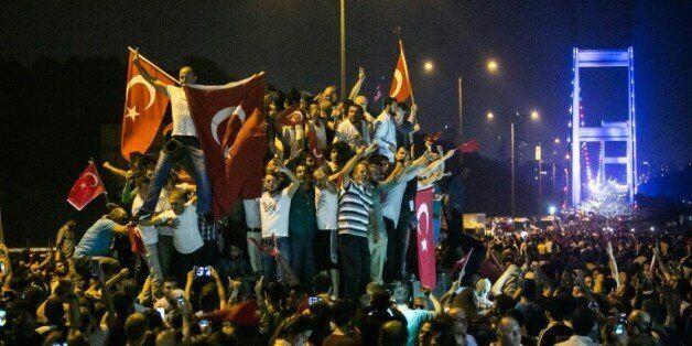 Turquie: fin de la tentative de putsch, Erdogan appelle la foule à rester dans la