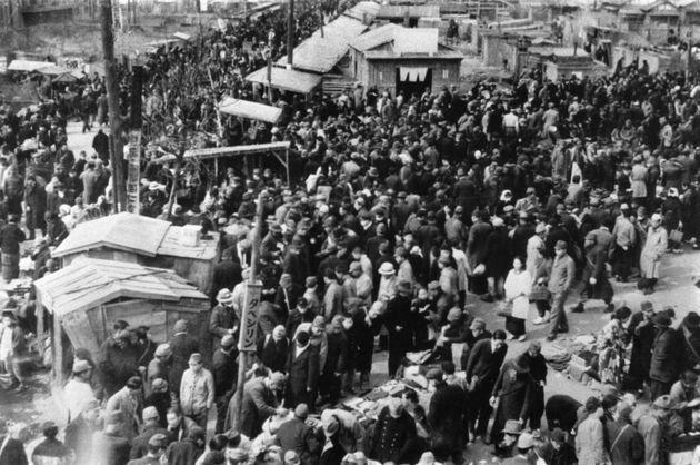 終戦後の新橋闇市(東京都・新橋)撮影日:1945年12月