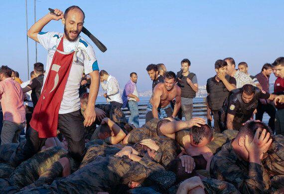 Scènes de lynchage de soldats putschistes dans les rues après le coup d'Etat raté en