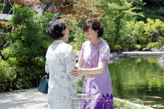 김정숙·아베 아키에가 반가움의 포옹을