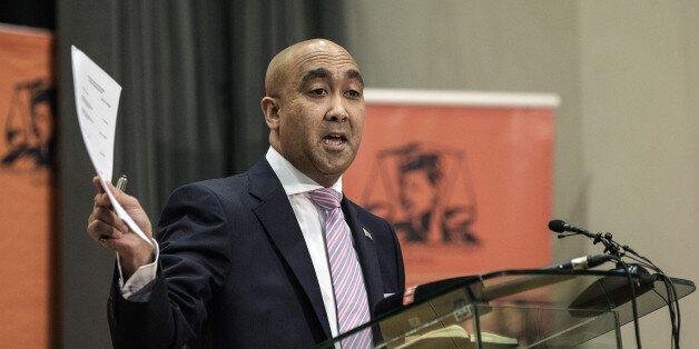 Le magistrat chargé des poursuites, Shaun Abrahams, lors d'une conférence de presse le 23 mai