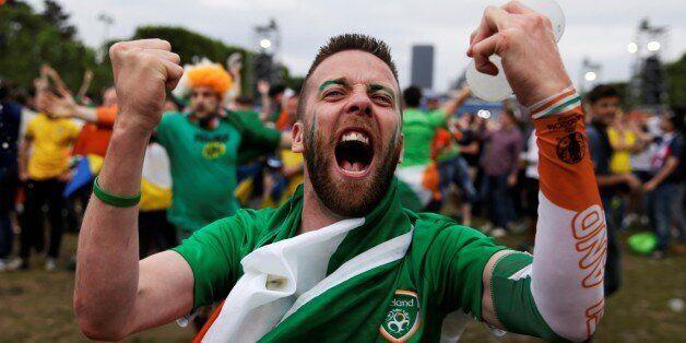 Des supporters irlandais ramassent leurs déchets à Bordeaux dans la nuit du 15 au 16 juin