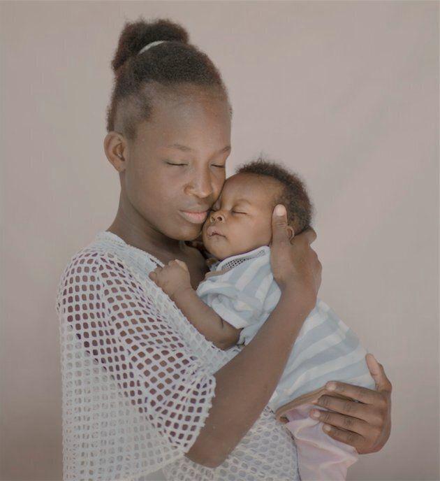 5 photos saisissantes illustrent la difficulté d'être une trop jeune maman dans le