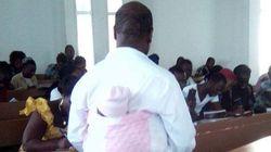Ce prof s'occupe du bébé d'une étudiante pour qu'elle puisse passer son