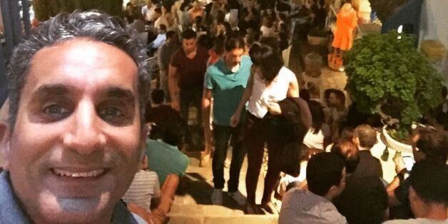 Avec son selfie stick, le comédien égyptien Bassem Youssef visite Sidi Bou Saïd