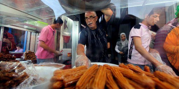 Un vendeur de pâtisseries à Oujda pendant le