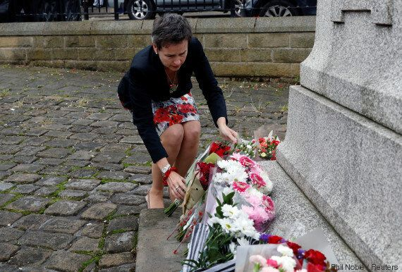 Fleurs, bougies...Les hommages dans la rue quelques heures après l'annonce de la mort de Jo Cox