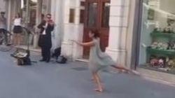 Poussée par son père à danser dans la rue, cette jeune fille surprend tout le monde