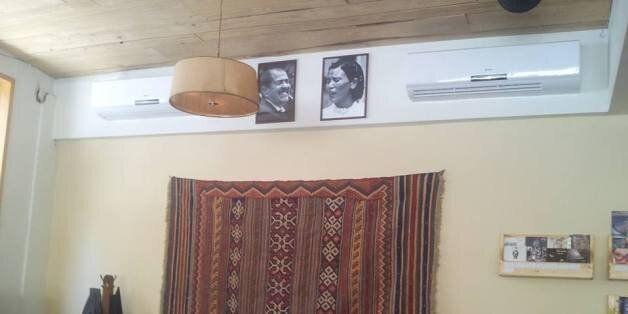 Les portraits de Chokri Belaïd et de Saliha dans un café de