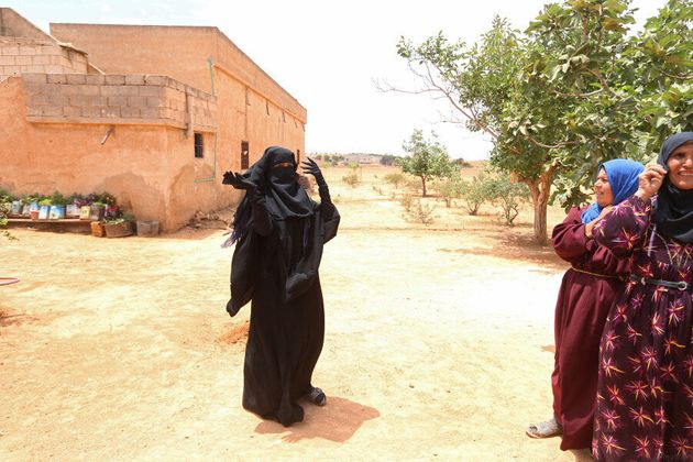 Cette Syrienne jette son niqab après le départ des troupes de l'État