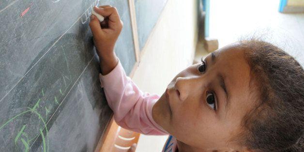 Une élève dans une école au