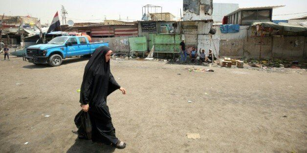 Une Irakienne dans la rue au lendemain d'une attaque suicide le 12 mai 2016 dans le quartier de Sadr...
