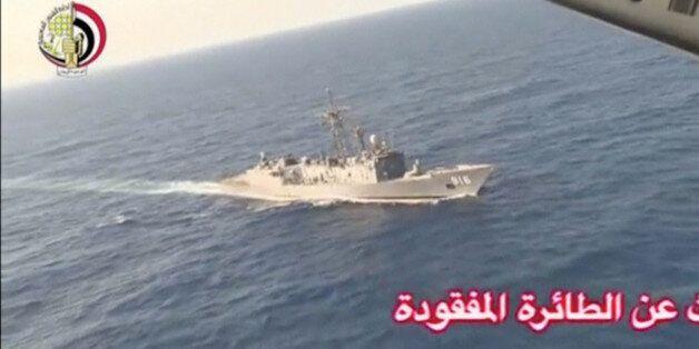 Un navire de la marine égyptienne en opération de recherche de l'avion