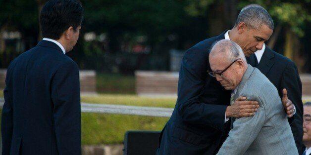 Barack Obama étreint un survivant d'Hiroshima Mori Shigeaki, lors de sa visite sur le site de l'explosion...