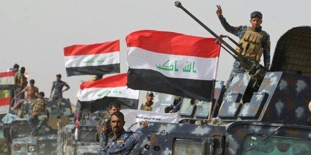 Les forces irakiennes rassemblées dans le village de al-Shahabi à l'est de Fallouja pour combattre l'EI,...