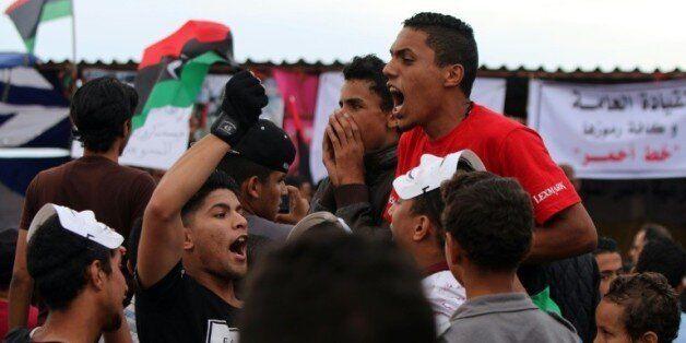 Manifestation à Benghazi, en Libye, appelant les forces armées à reprendre au groupe Etat islamique Syrte,...