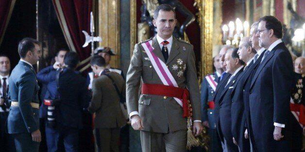 Le roi d'Espagne Felipe VI, passe devant le premier ministre Mariano Rajoy (d), lors d'une cérémonie...