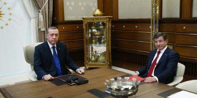Turquie: Ahmet Davutoglu sur le départ, Erdogan consolide son