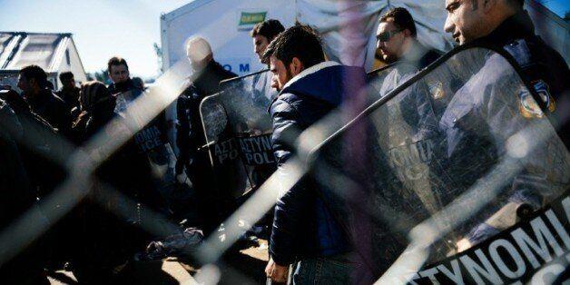 Des migrants à la frontière entre la Grèce et la Macédoine près de Gevgelija le 21 avril