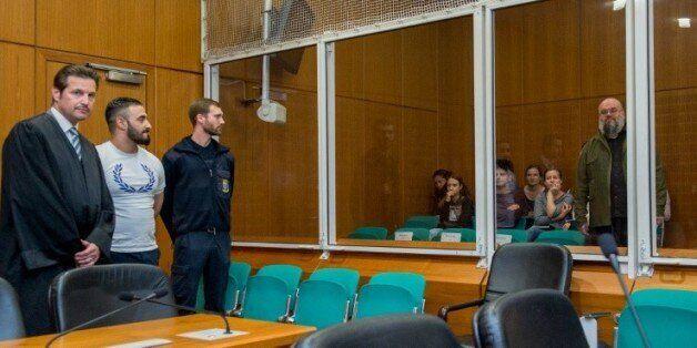 Aria L (2e g) avec son avocat Andreas Bensch (g) regarde vers un ancien terroriste Bernhard Falk (d),...