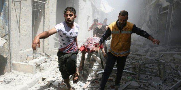 Des secours interviennent après des bombardements à Alep, en Syrie, le 29 avril
