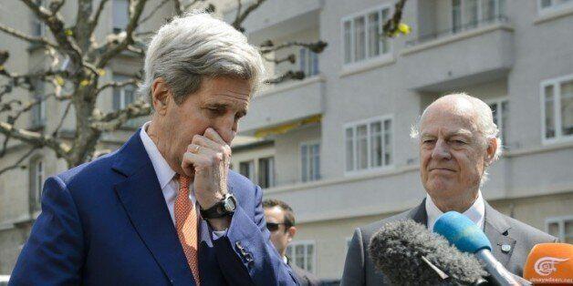 Le secrétaire d'Etat américain John Kerry (g) et l'envoyé spécial de l'ONU pour la Syrie, Staffan de...