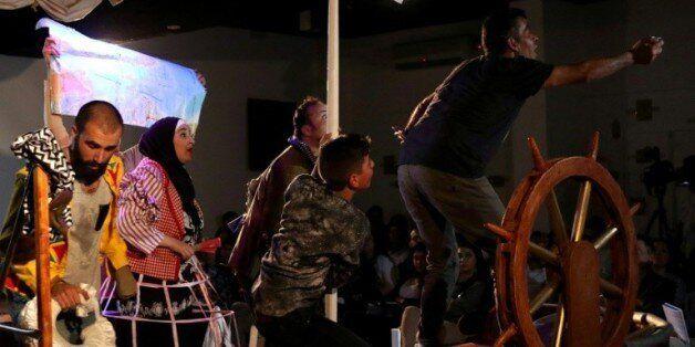 Des acteurs syriens jouent leur pièce de