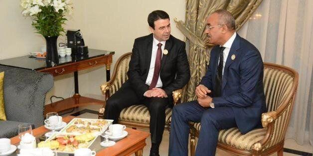 Les ministres de l'intérieur, Hedi Medjdoub et Nouredine Bedoui, le 3 mars