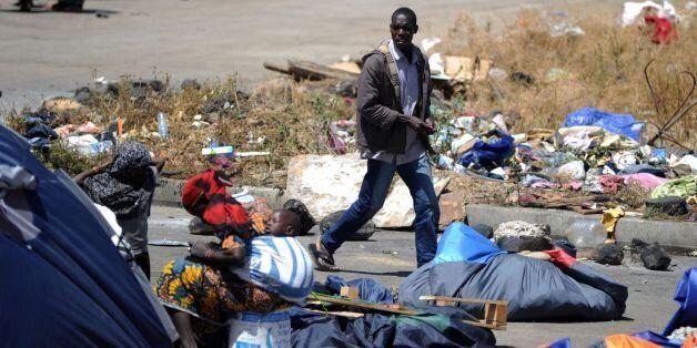 Des migrants clandestins nigériens près de leurs abris le 14 mai 2014 à Boufarik