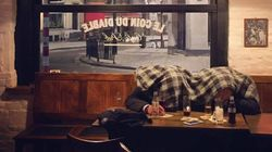 Cette drôle de scène photographiée dans un bar au soir des