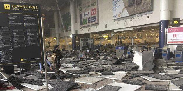 Dans l'aéroport de Bruxelles peu après l'explosion le 22 mars