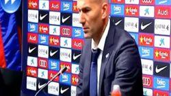 Zidane colle un chewing-gum en conférence de presse... et le reprend en