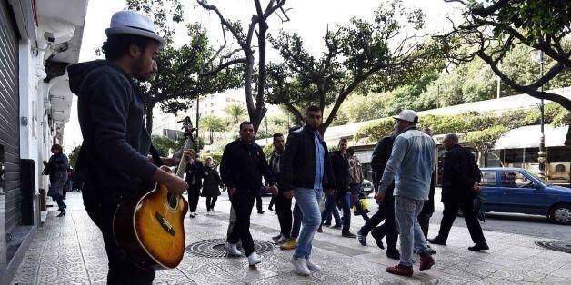 Mohammed Daha, alias Moh Vita Boy, joue dans les rues d'Alger, le 18 février 2016 - Farouk