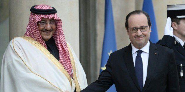 Le prince héritier saoudien Mohammed ben Nayef accueilli par le président François Hollande le prince...