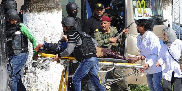 Evacuation d'une victime lors de l'attentat du Bardo, le 18 mars