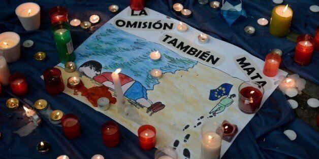 Un dessin réalisé par un enfant espagnol en souvenir du petit Aylan, lors d'une veillée le 4 septembre...