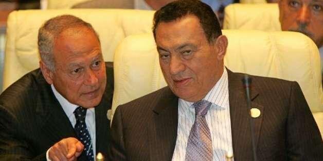 L'ex-président égyptien Hosni Moubarak et Ahmed Aboul Gheit le 4 juillet 2005 à Syrte, en