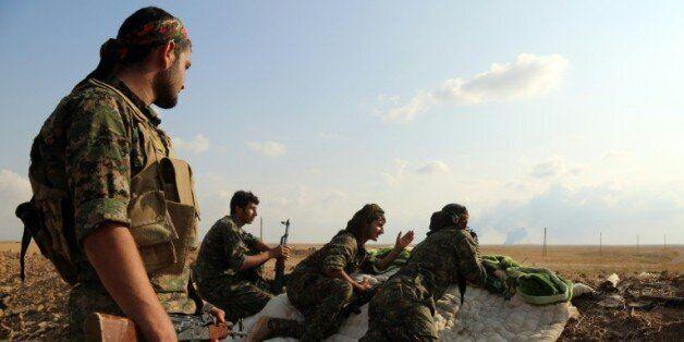 Des combattants des Forces démocratiques syriennes (FDS) près de la ville de Al-Hol, dans la province...