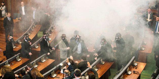 Au Kosovo, l'opposition lance du gaz lacrymogène dans le