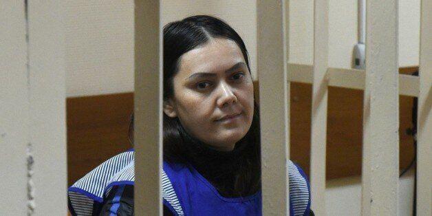Goultchekhra Bobokoulova, une nourrice suspectée du meurtre d'un enfant à Moscou, assise dans la cage...