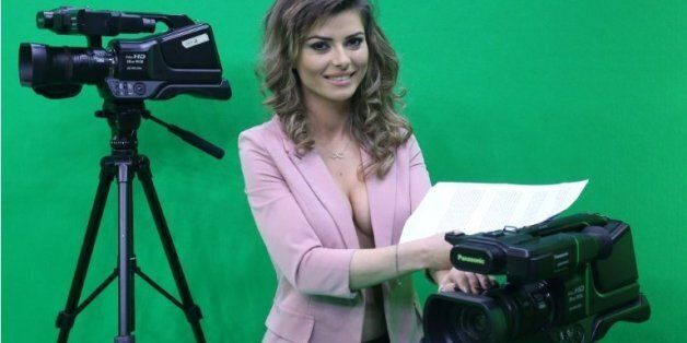 Greta Hoxhaj, 24 ans, avant de présenter un bulletin d'informations sur la chaîne Zjarr TV à Tirana,...