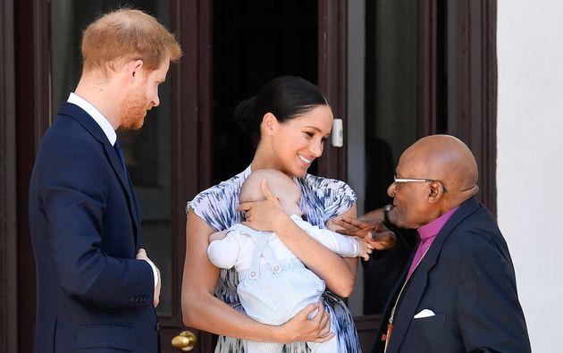 El príncipe Enrique y Meghan Markle, con su hijo Archie, han visitado a Desmond Tutu en Ciudad...