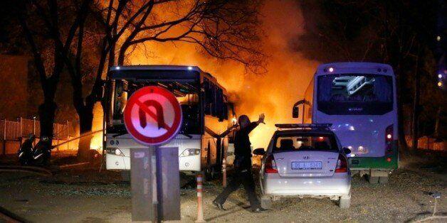 Un policier sur les lieux d'une explosion visant des véhicules militaires à Ankara, le 17 février