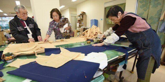 Des seniors japonais travaillent du textile à Tokyo, le 18 décembre