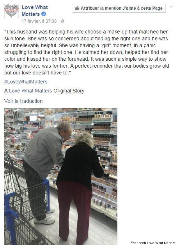 Ce tendre cliché d'un vieil homme aidant sa femme à trouver le bon maquillage est devenu