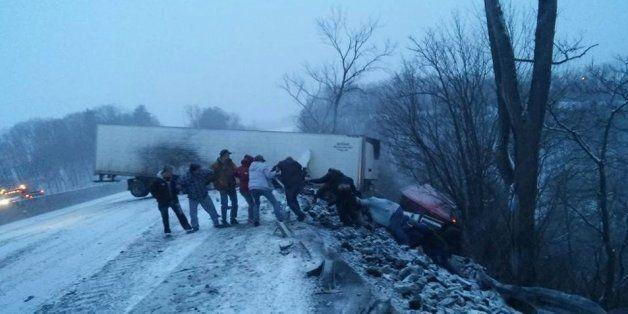 Grâce à une chaîne humaine, ce camionneur de Pennsylvanie a pu être sauvé après un accident