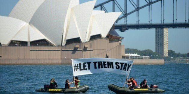 Des militants de Greenpeace brandissent une banderole avec